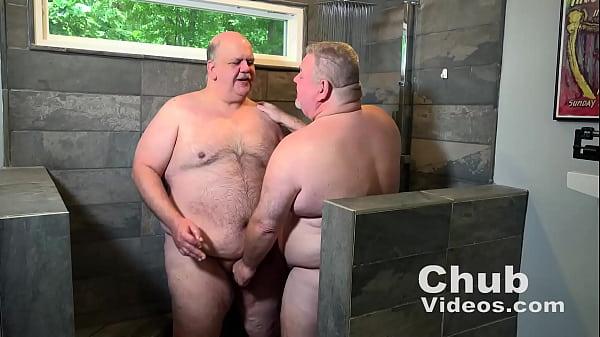 Velhos gordos se divertindo depois do banho juntos